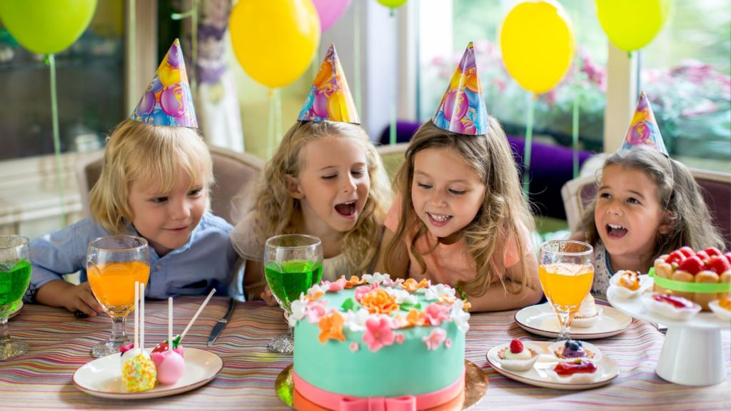 picture of a girls birthday party,